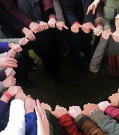 Foto eines Kreises mit Händen gebildet